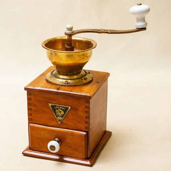Деревянная Винтажная ручная механическая кофемолка «GARANTI» Бельгия.