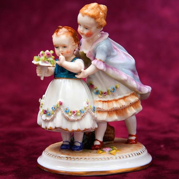 Антикварная Фарфоровая статуэтка «Дети, Букет для мамы» E.&A.Muller. Германия 1895 -1927 гг.