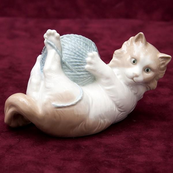 Фарфоровая статуэтка «Домашние Кошки - Любимые забавы» NAO by Lladro, Daisa, Испания -1978 год.