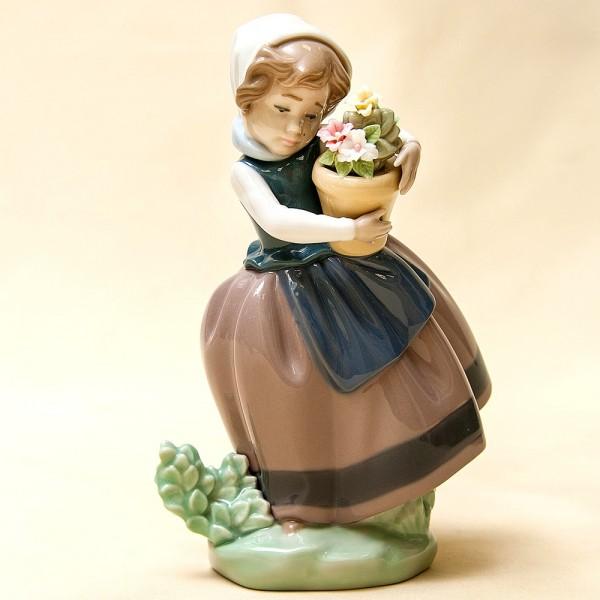 Коллекционная Фарфоровая статуэтка «Девочка с цветочным горшком» Lladro, Испания - 1983 год.