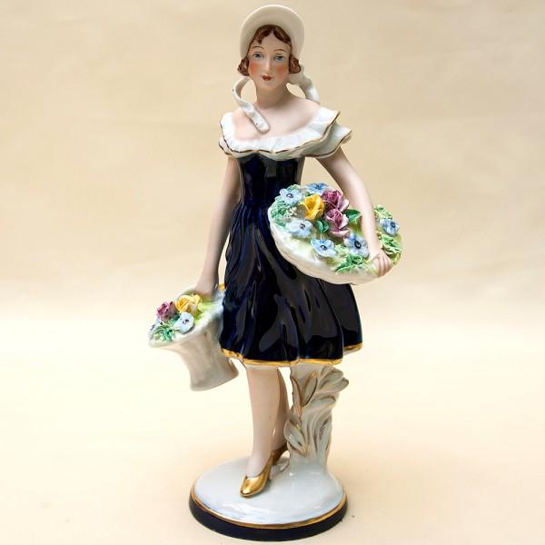 Статуэтка «Девушка с корзиной цветов» Фарфор ROYAL DUX BOHEMIA  начало ХХ века.