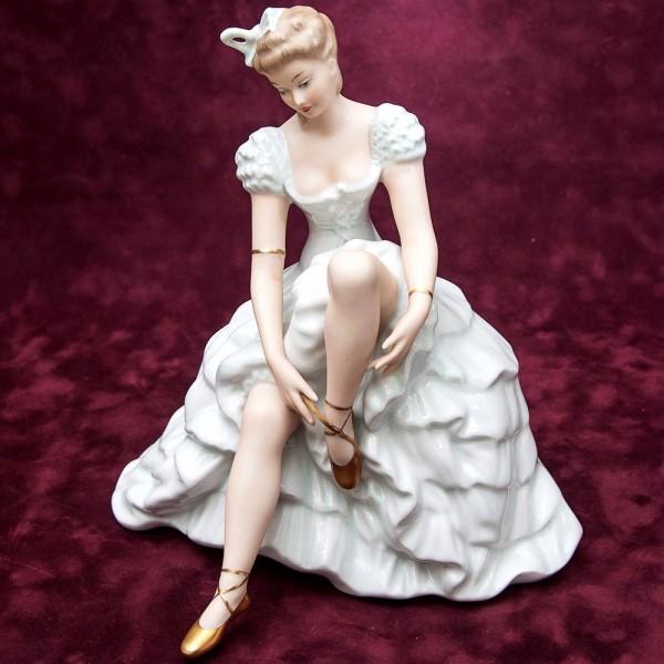 Большая Фарфоровая статуэтка «Балерина завязывающая пуанты» Н-23 см. WALLENDORF Германия -1963 год.