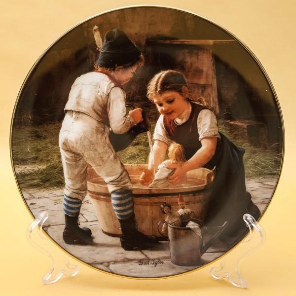 Коллекционная Тарелка «Детство - Купание куклы» Фарфор, SCHIRNDING, Германия -1991 год.