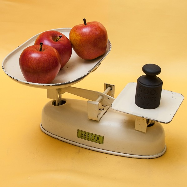 Винтажные Кухонные весы с чашкой для сыпучих продуктов и набором гирь. Англия -60гг.