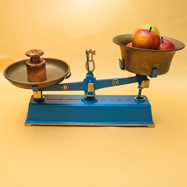 Винтажные Кухонные весы «MENAGE» с двумя чашами на 5 кг. Франция середина ХХ века!