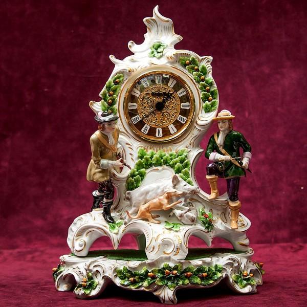 Каминные Кварцевые Часы «ОХОТА» в фарфоровом корпусе, SITZENDORF Германия 60 -е годы..