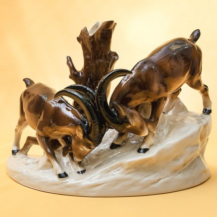 Фарфоровая статуэтка «Охота - Горные козлы на скалах» GRAFENTHAL  Германия, 80-е годы ХХ века.