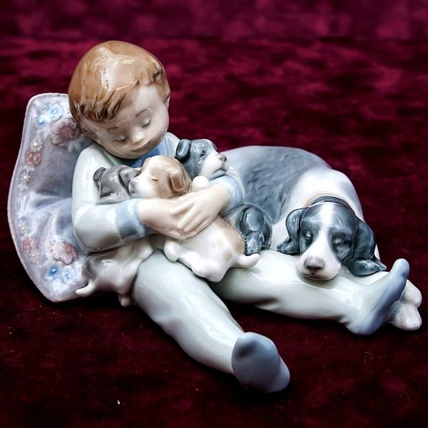 Коллекционная Фарфоровая статуэтка «Мальчик с собаками» Lladro, Испания - 1987 год.