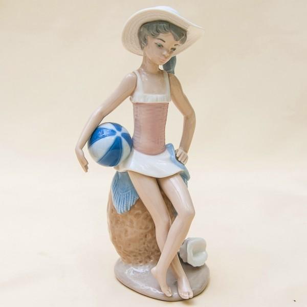Фарфоровая статуэтка «ЛЕТО - Девочка с мячом» Lladro, Испания - 1983 год.