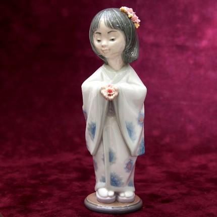 Коллекционная Фарфоровая статуэтка «Девочка - Несущая цветы» Lladro, Испания - 1993 год.
