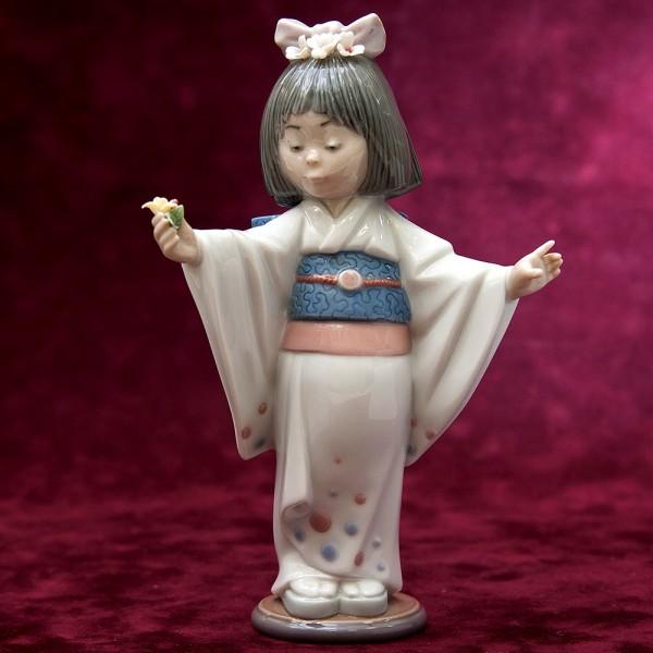 Коллекционная Фарфоровая статуэтка «Маленькая гейша с цветами» Lladro, Испания - 1993 год.