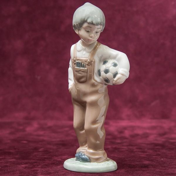 Коллекционная Фарфоровая статуэтка «Маленький футболист» NAO by Lladro, Daisa, Испания -1988 год.