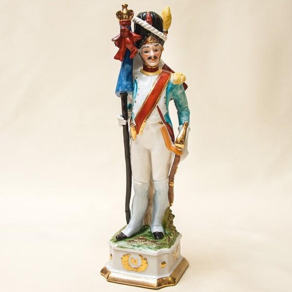 Статуэтка «Солдат - Знаменосец» из серии «Армия Наполеона» Фарфор Porcelain De LUXE Франция 60гг.