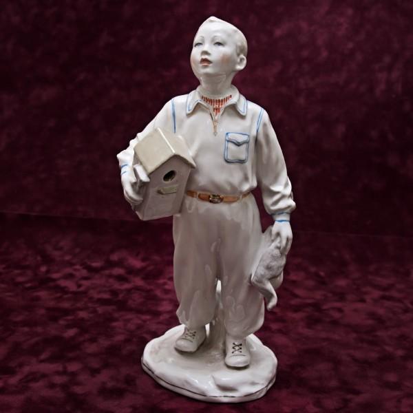 Статуэтка - Фарфоровая Скульптура «Мальчик со Скворечником» СССР Дулево -1954 год.