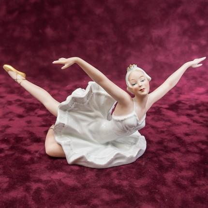 Фарфоровая статуэтка «Балерина, Танец - Лебединое озеро»  ВАЛЕНДОРФ - WALLENDORF  Германия.
