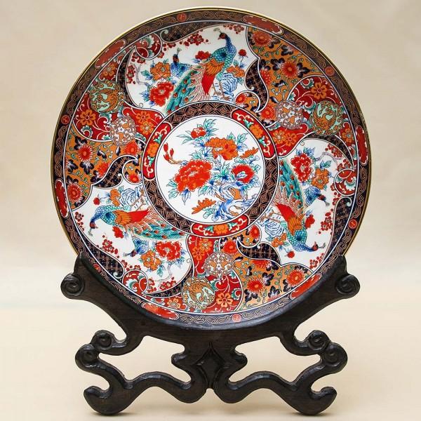 Коллекционная Тарелка «ПАВЛИНЫ В САДУ» на деревянной прдставка Фарфор, Япония.